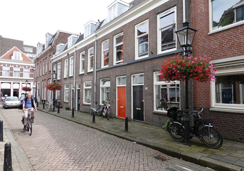 De Bergstraat met bloembakken richting St. Jacobsstraat. Foto: Dik Binnendijk (2019)