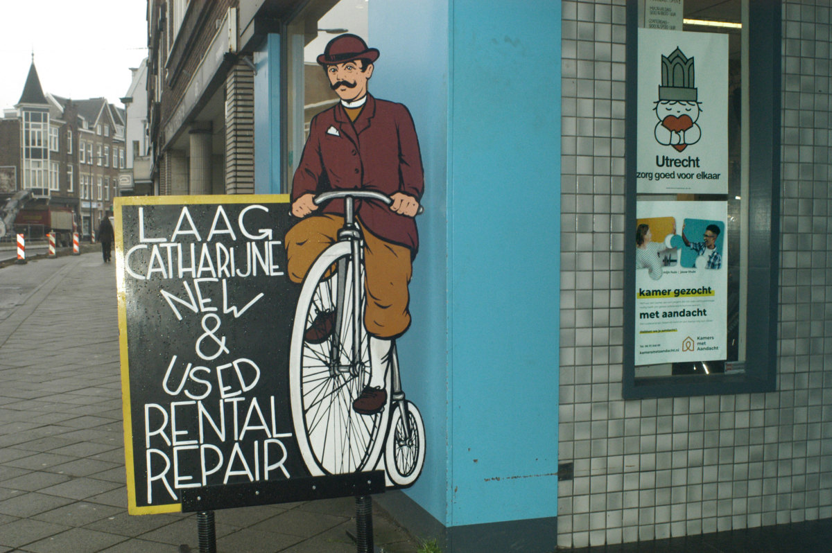 Aan de Nachtegaalstraat is de fietsenmaker voorzien van affiches. Foto: Frans de Jonge