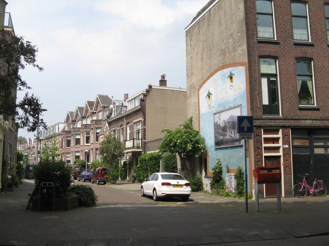 De Bellamystraat. Het bovenhuis Bellamystraat 11bis is onder het puntdak links van het rossige puntdak. Het raam met een rieten stoel ervoor was de kamer van Opoe. Foto: Dik Binnendijk (2016)