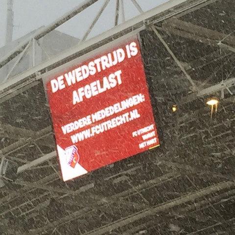 Dit bord kregen de verkleumde fans in Galgenwaard drie jaar terug te zien toen het duel ter plekke werd afgelast. Foto: Mathijs van Echtelt)