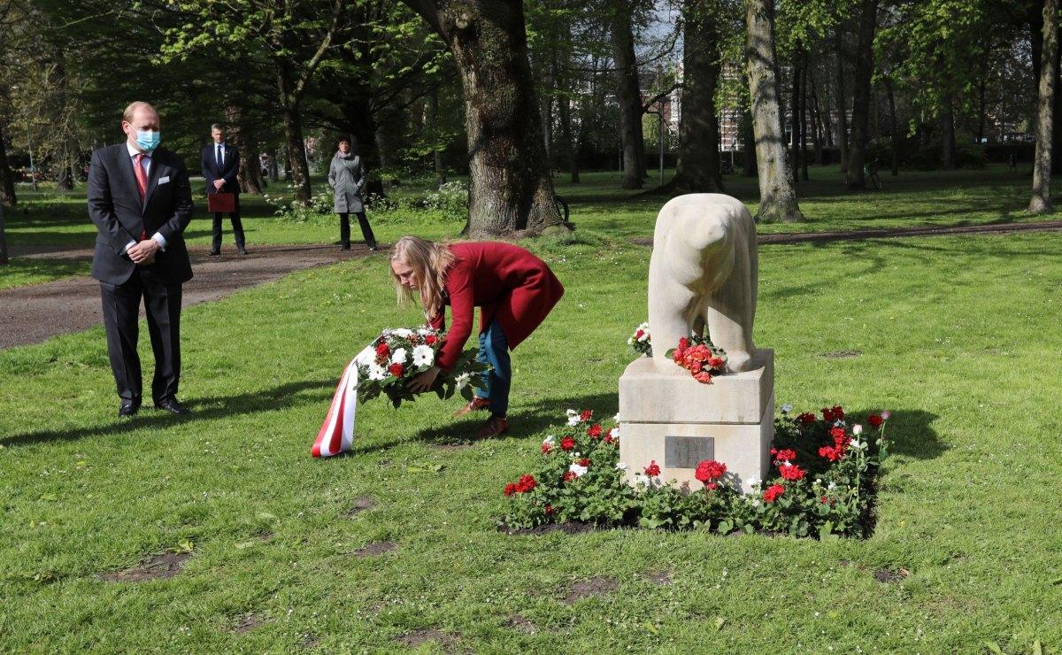 Loco-burgemeester Lot van Hooijdonk legt een krans bij het beeld van de Polar, bestuurslid Bastiaan Kole van het 4-mei comite kijkt toe. Foto: Ton van den Berg