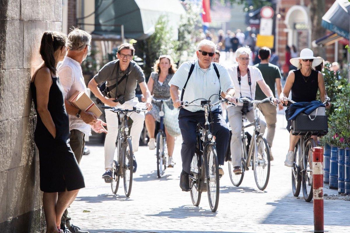 Burgemeester Jan van Zanen op de fiets onder de Domtoren, een foto van DUIC. Foto: Robert Oosterbroek