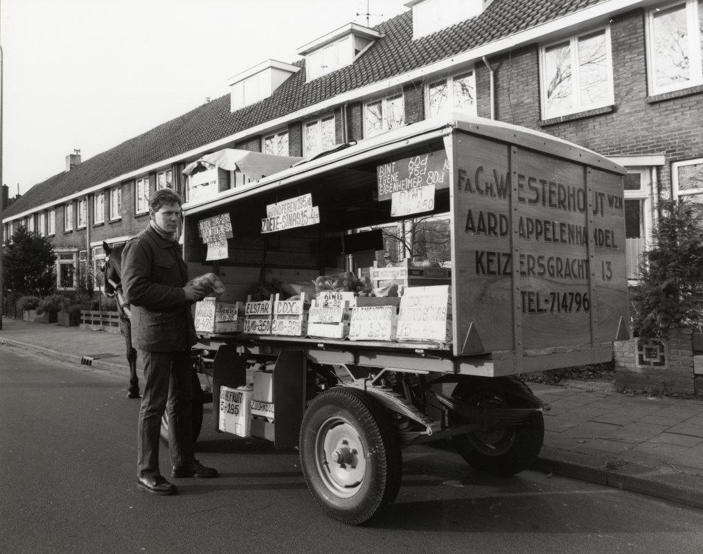 Hein Westerhout was de laatste groenteman die, in 1988, in Utrecht aan huis groente, fruit en aardappelen verkocht. Foto: HUA