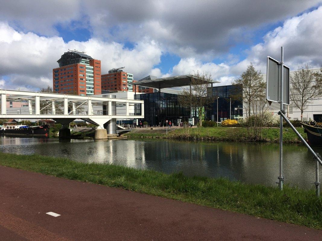Recht tegenover de brug over het Merwedekanaal: ingang GGD Vaccinatielocatie Jaarbeurs. Foto: Dik Binnendijk