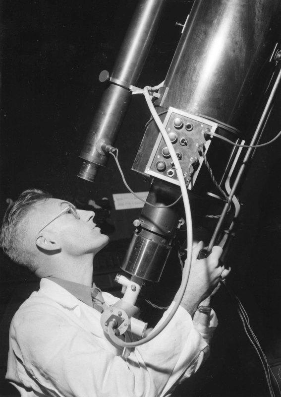 Kees de Jager kijkt in 1953 op de Utrechtse sterrenwacht door de zogeheten Merzkijker. Foto: archief Sonnenborgh