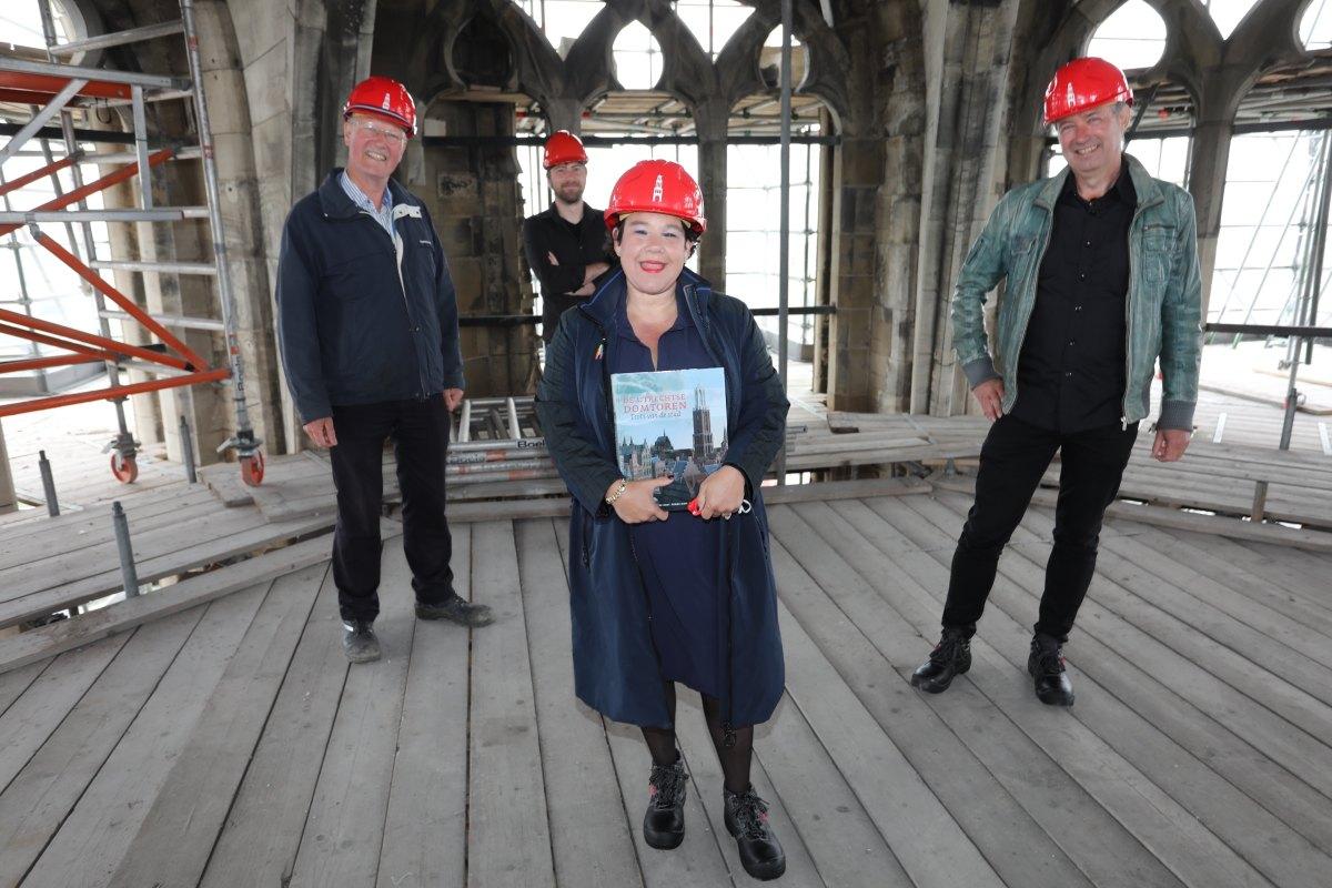 Burgemeester Sharon Dijksman met de auteurs Frans Kipp, Daan Claessen en Rene de Kam. Foto: Ton van den Berg