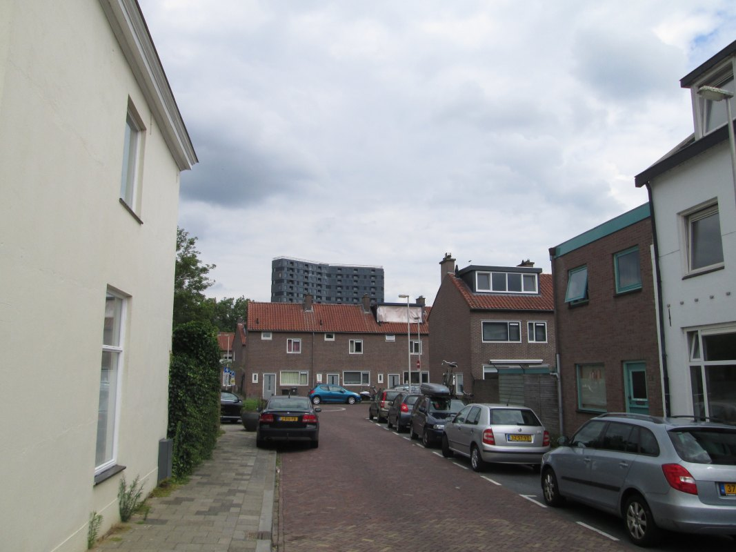 Op de achtergrond project NOW: 'een prachtig wooncomplex met 223 middenhuur- & 64 vrije sector huurappartementen. Foto: R. Taams
