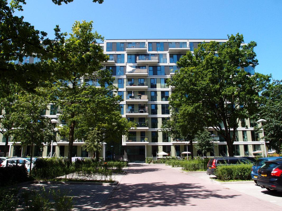 Parkeerterrein en voormalige Rovu-flat aan het Rachmaninoffplantsoen. Foto: Louis Engelman