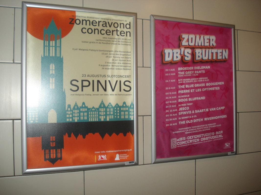 De posters in een lijstje in cafe Tilt. Daar hebben ze binnen ook heel wat sessies en concerten gehad. Dat lukt nu echt niet met de 1,5 metermaatregelen. Foto: Frans de Jonge