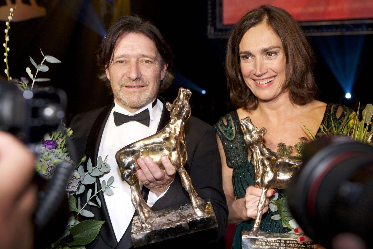 Pierre Bokma en Monic Hendrickx in 2013 met hun gouden kalveren voor beste acteur en actrice in een televisiedrama. Foto: Ton van den Berg