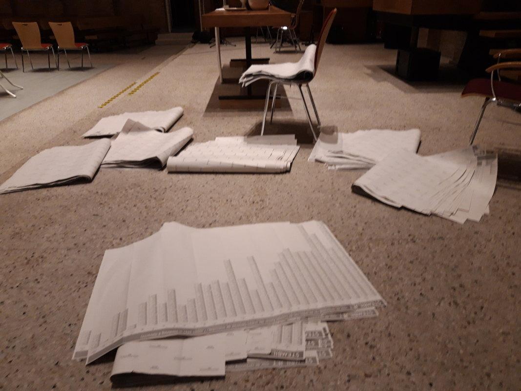 Stembiljetten tijdens het tellen. Foto: Ton van den Berg