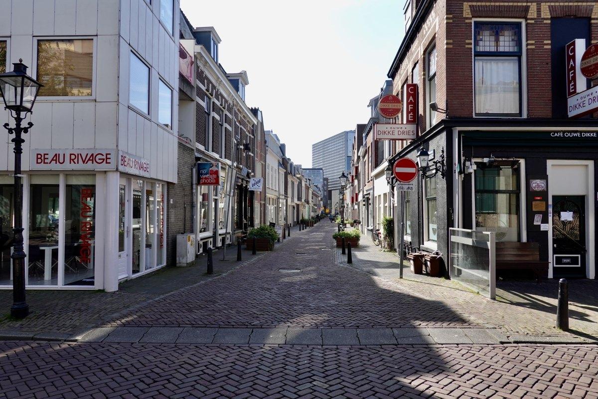 Hoek Waterstraat/Willemstraat april 2020: geen hond te zien. Foto: Dik Binnendijk