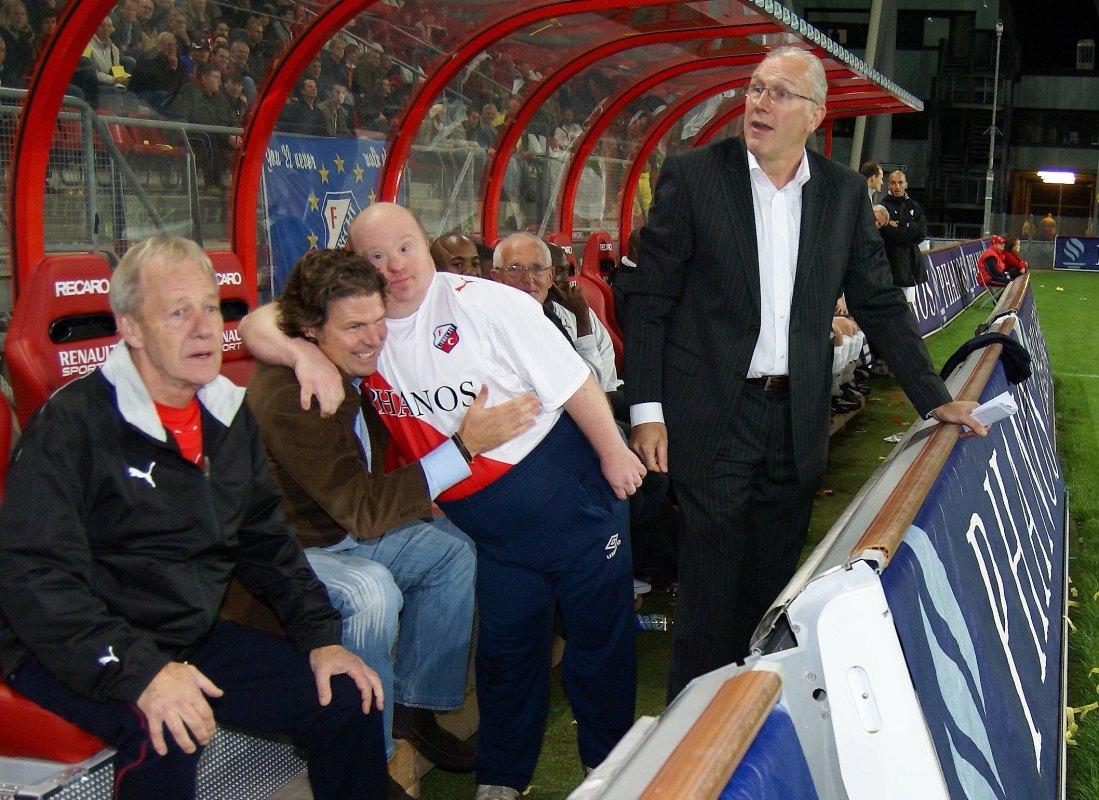 Jantje knuffelt in 2007 met Frans Adelaar, rechts Ronald Spelbos. Foto: Ton van den Berg