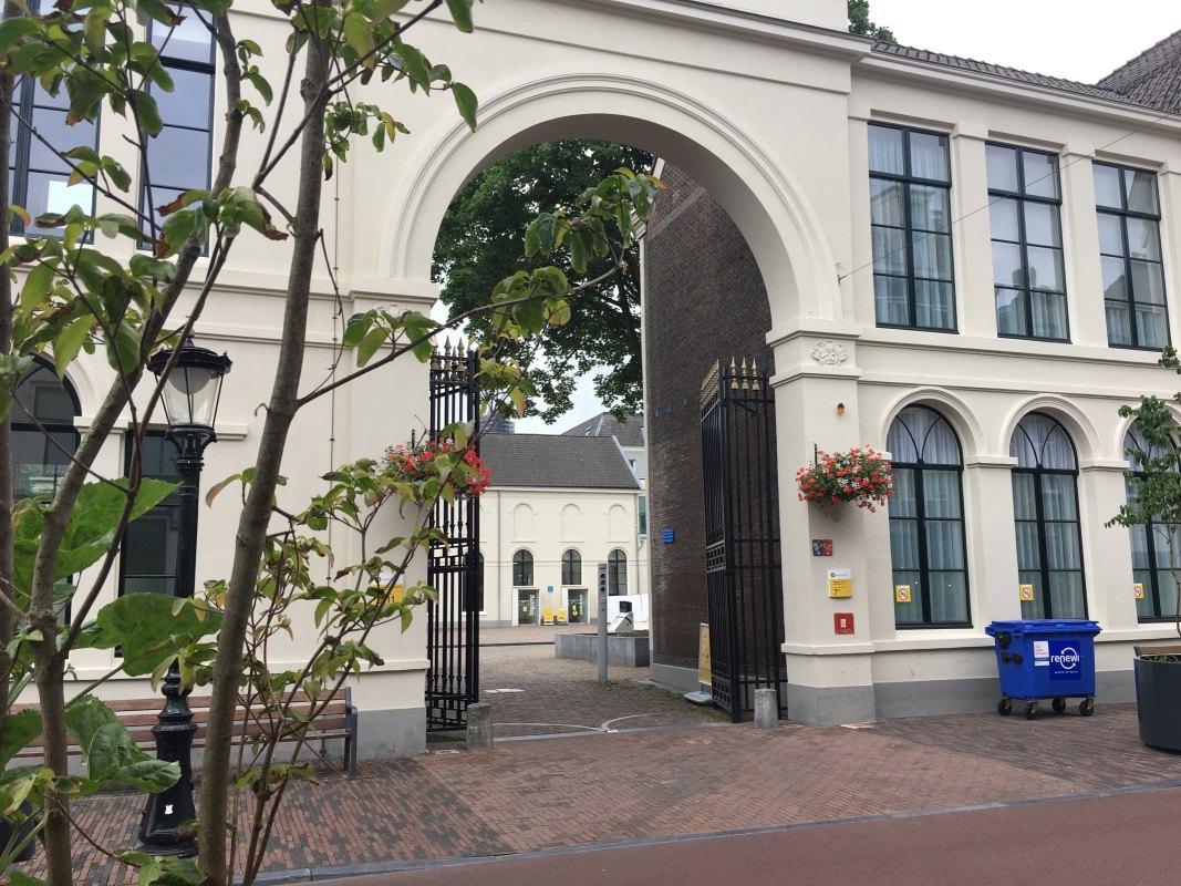 Toegangspoort aan de Wittevrouwenstraat naar de Universiteit Bibliotheek. Foto: Dik Binnendijk
