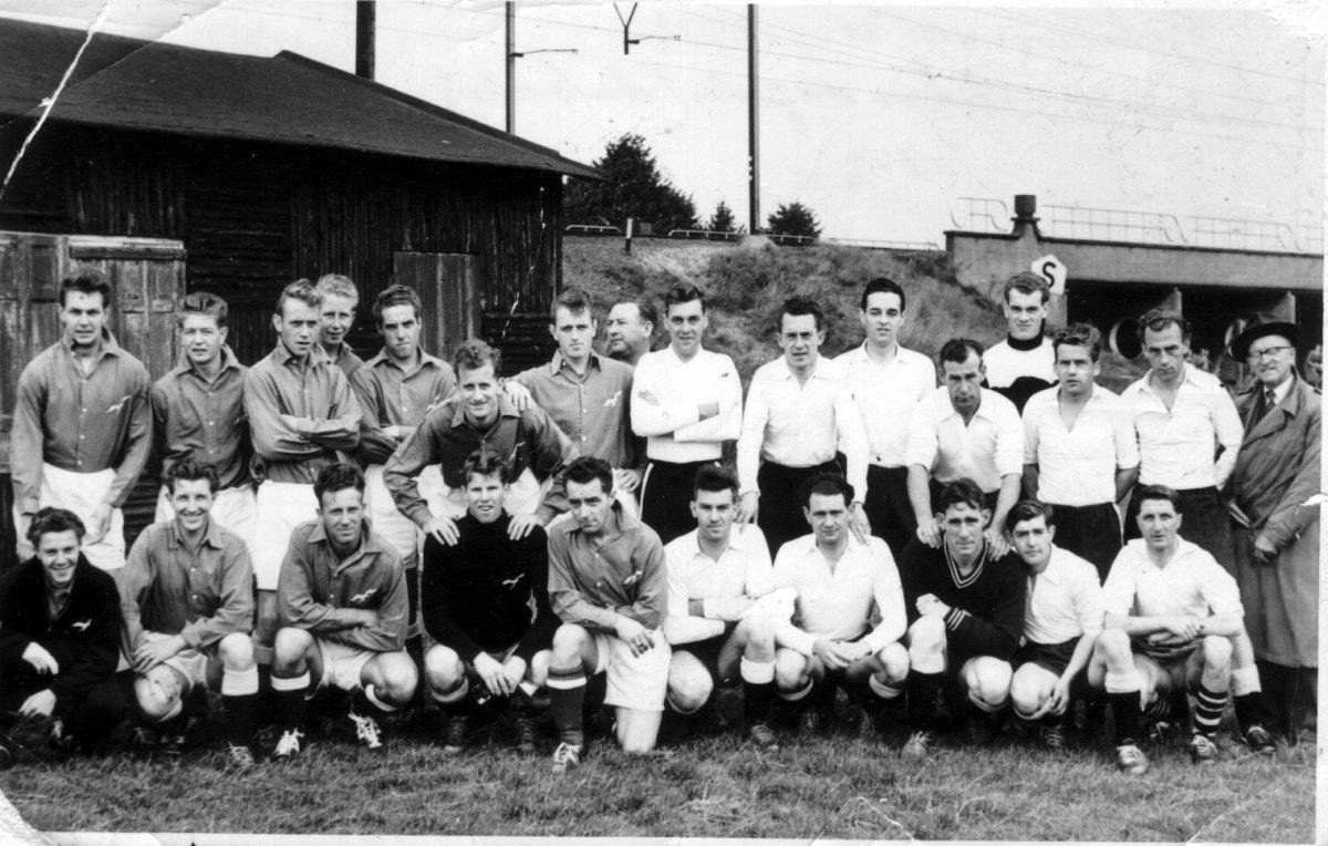 Spelers van DWSV en de Stormvogels (links) in de jaren zestig. Foto: archief Nieuws030