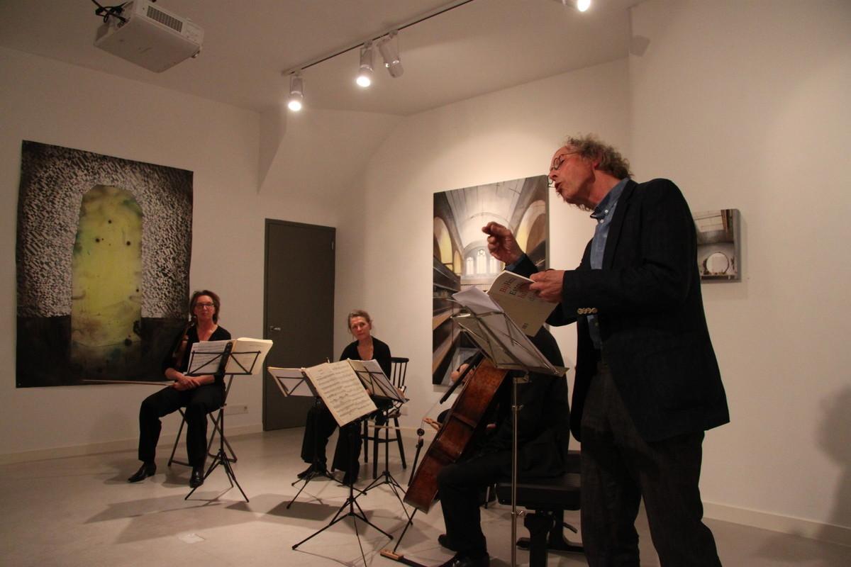 Dichter Henk Ester met het Utrechts String Quartet in Galerie Kuub. Foto: D. van Dijk