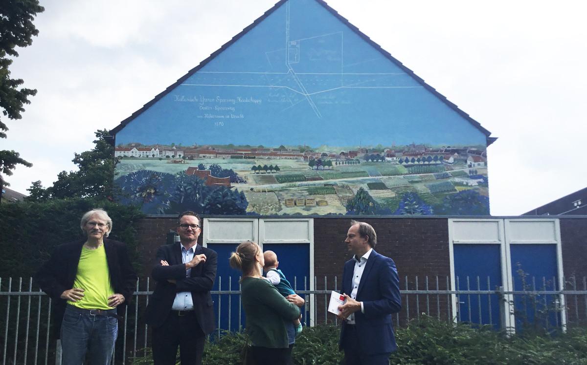 In het midden een manager van Portaal en de bewoonster van het pand, met daarnaast schilder Jos Peeters (links) en wethouder Jeroen Kreijkamp (rechts). Foto: Jim Terlingen