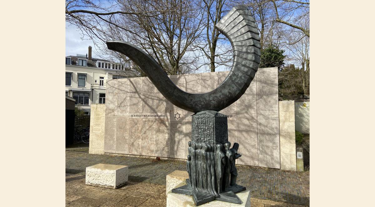 Het Joods Monument, met vooraan de 'sjofar' (foto: Jim Terlingen)