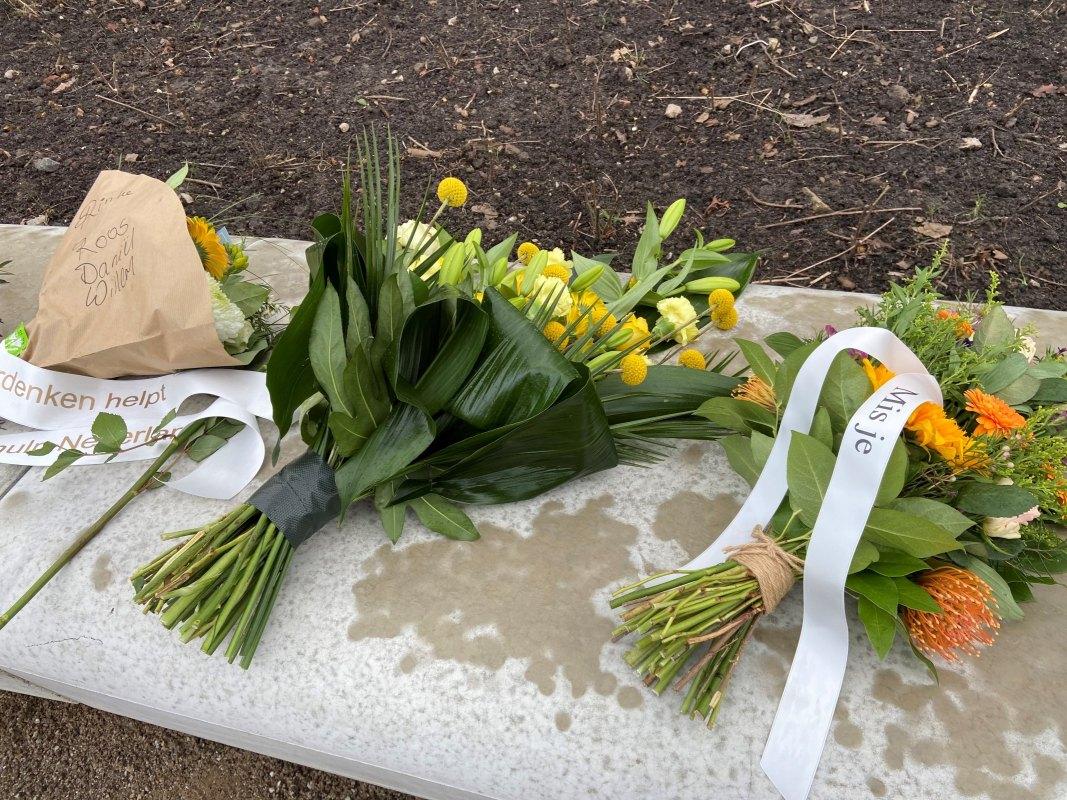 Bloemen van nabestaanden en gemeentelijke vertegenwoordigers, 18 maart 2021. Foto: Jim Terlingen