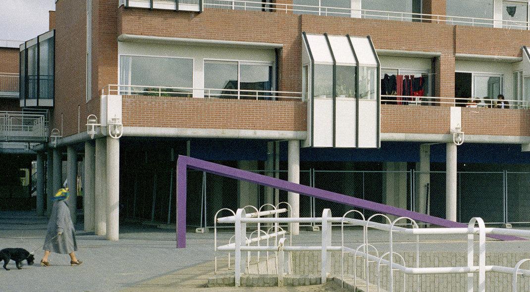 De paarse stalen 'gevarendriehoek' bij het in 1982 in aanbouw zijnde winkelcentrum Lunetten (foto: Utrechts Archief)