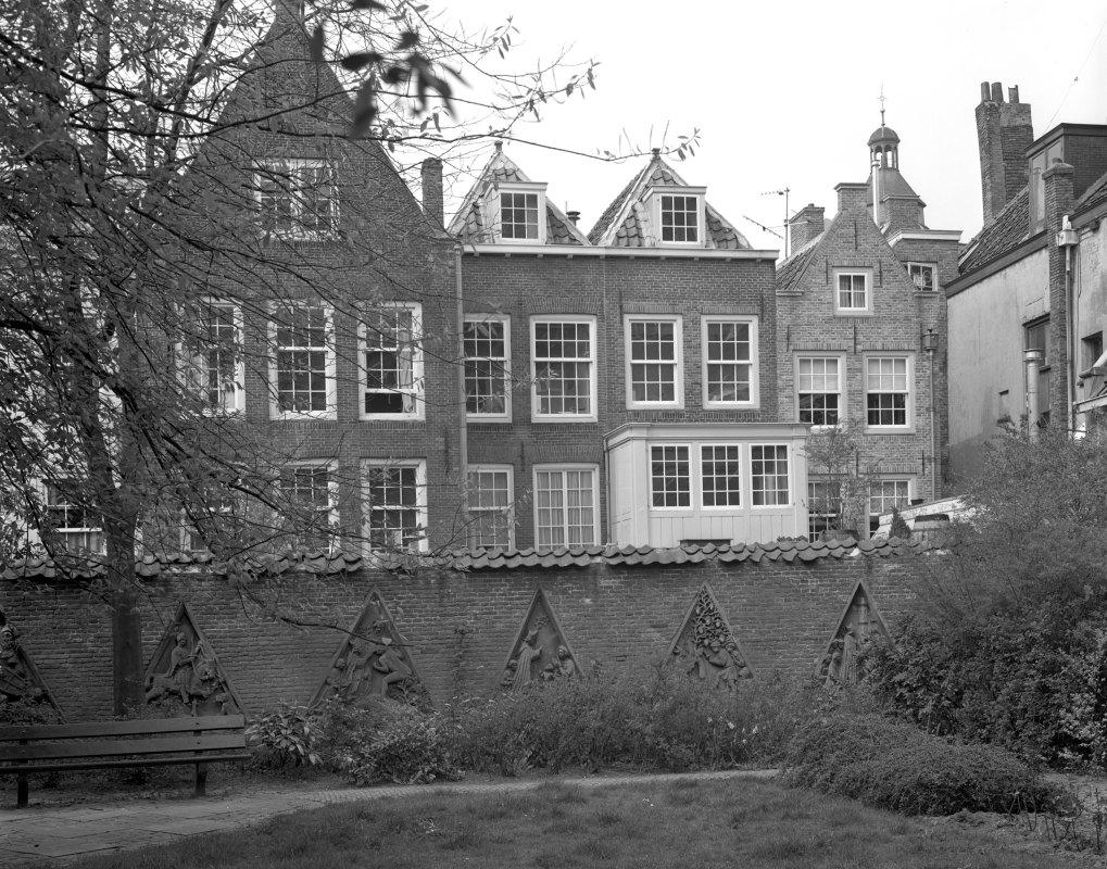 Flora's Hof met uitzicht op huizen aan de Lichte Gaard, langs de muur timpanen uit het pandhof van de Domkerk. Foto HUA