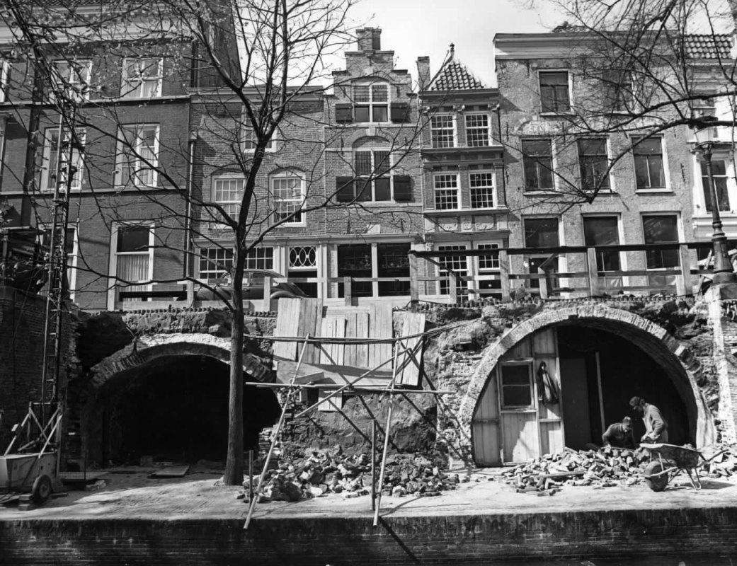 Restauratie van de werfmuur aan de Nieuwegracht (nummers 35-39) in 1976. Foto: Het Utrechts Archief