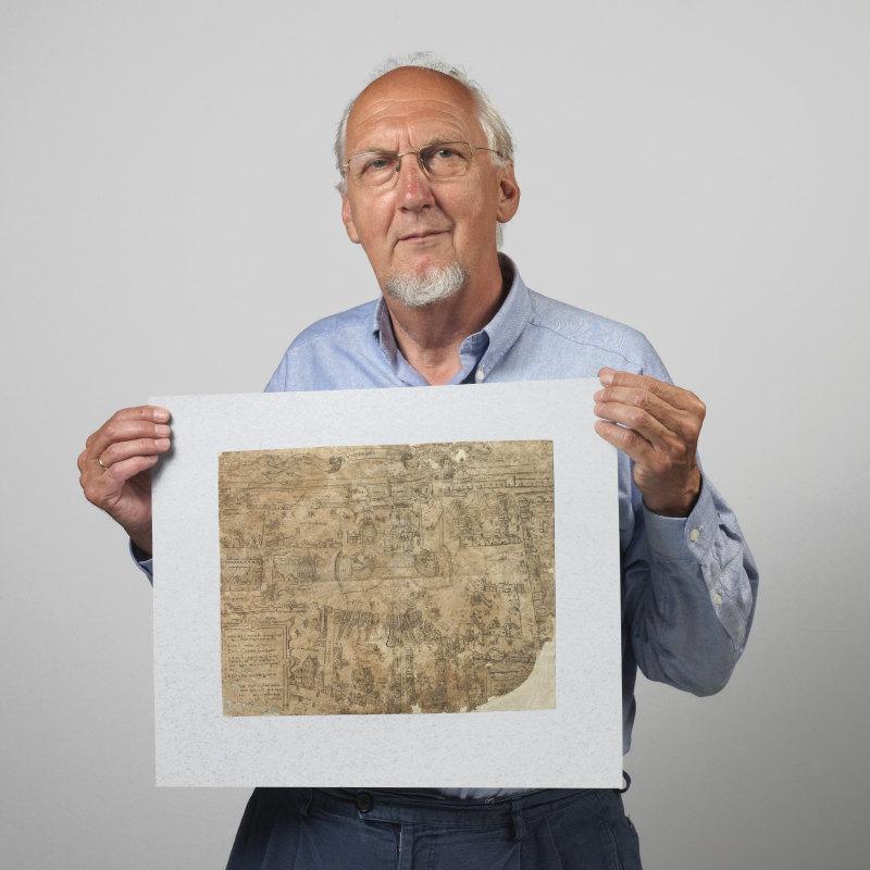Tarq Hoekstra in 2006 met een historische tekening van het beleg van kasteel Vredenburg. Foto: Het Utrechts Archief