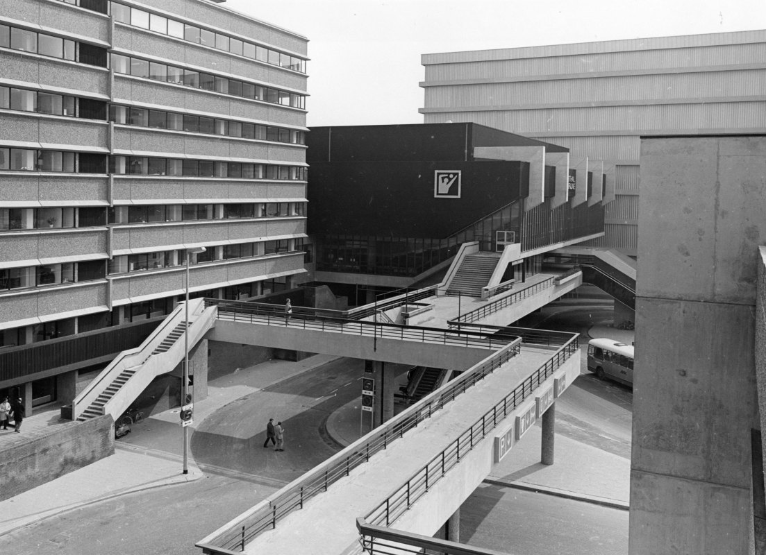 Hoog Catharijne aan het Jaarbeursplein bij de Croeselaan in 1970 met op achtergrond de sporthal. Foto: HUA