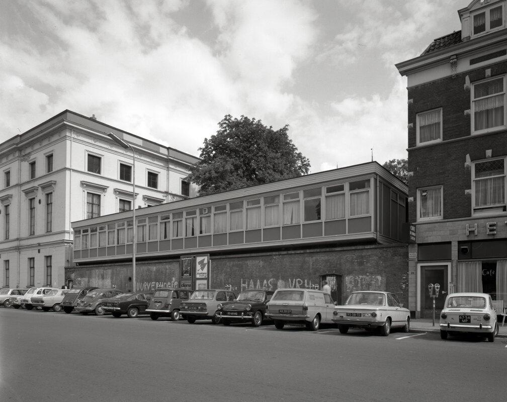 De voormalige bunker uit de Tweede Wereldoorlog in 1972 met een opbouw, naast het gebouw voor Kunsten en Wetenschappen. Foto: HUA