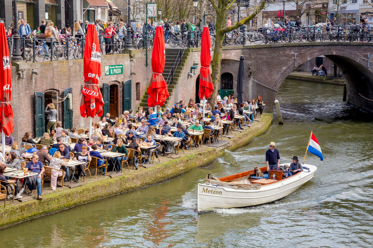 Volle terrassen op de werf aan de Oudegracht. Foto: Jurjen Drenth – Utrecht Marketing