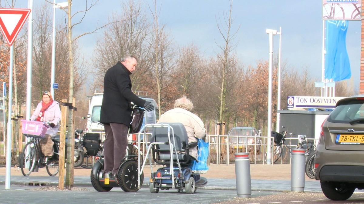Frans Schuijt gebruikt liever een Segway dan een scootmobiel. Foto: S. Piek