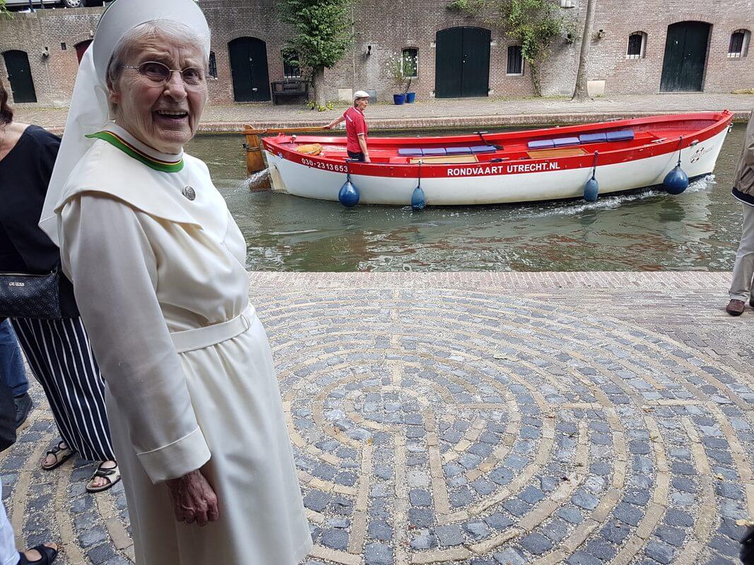 Een van de zusters bij het labyrint. Foto: Werkgroep Directe Voorzieningen