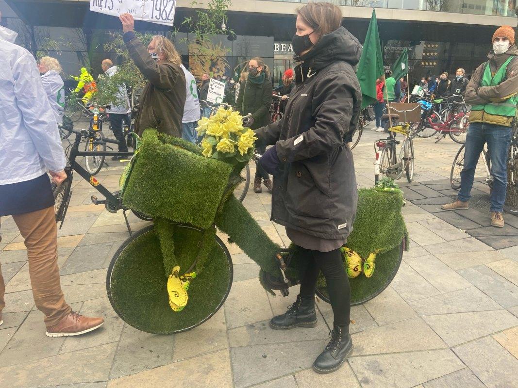 Bij de start van de fietsdemonstratie op het Jaarbeursplein. Foto's: Jim Terlingen