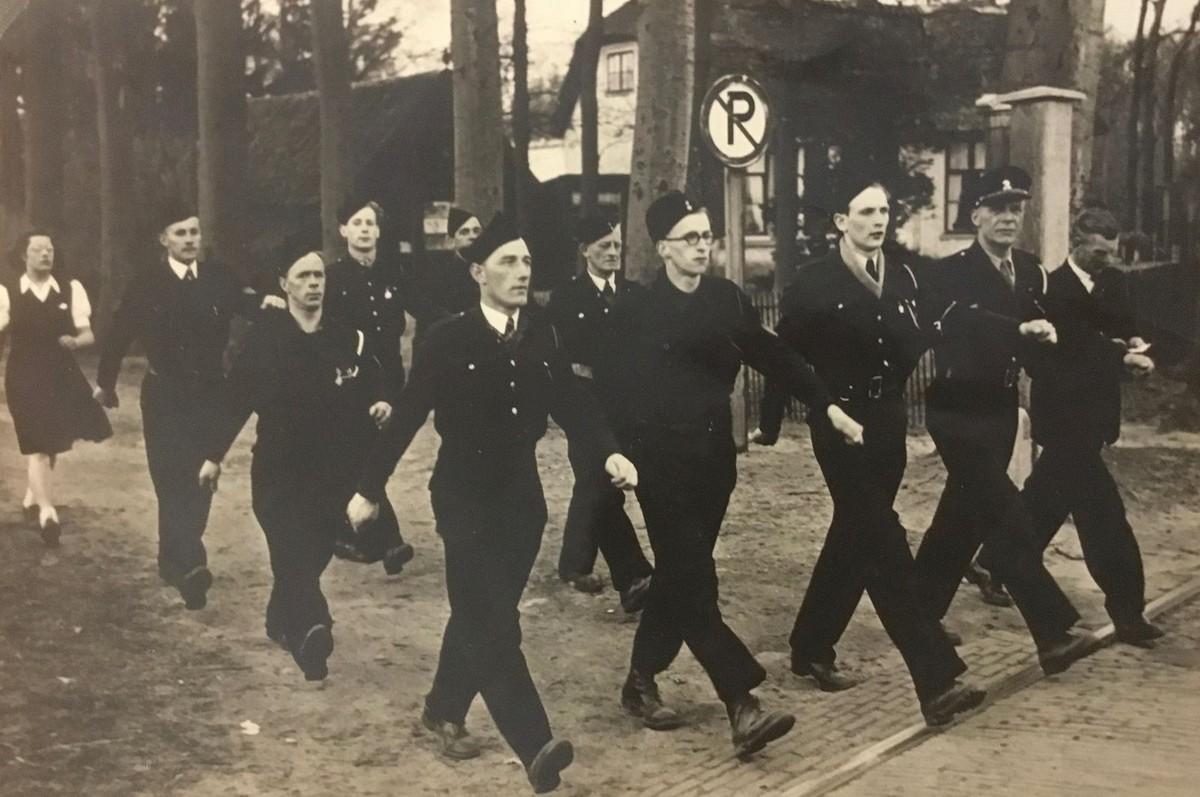 Bewakers van Kamp Rhijnauwen, 1946/1947. Links vooraan loopt Eef Spierenburg (1914). Foto: privécollectie familie Spierenburg