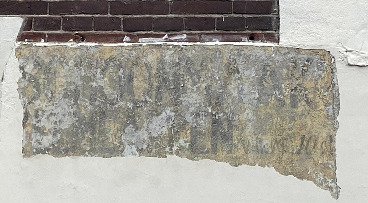 Nieuw-ontdekte letters aan de Abstederdijk-kant van het pand (A). Foto: Jim Terlingen