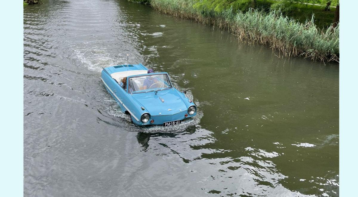 Autoboot in de Biltse Grift achter achter bedrijventerrein Hooghiemstra. Foto: L. W.