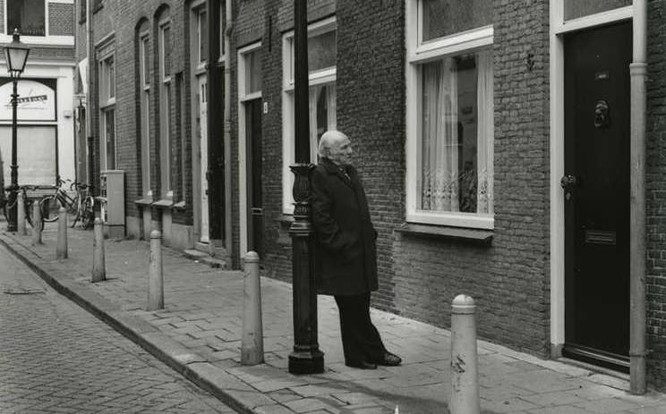 Bram Querido voor zijn oude huis op Bergstraat 6. Foto: archief