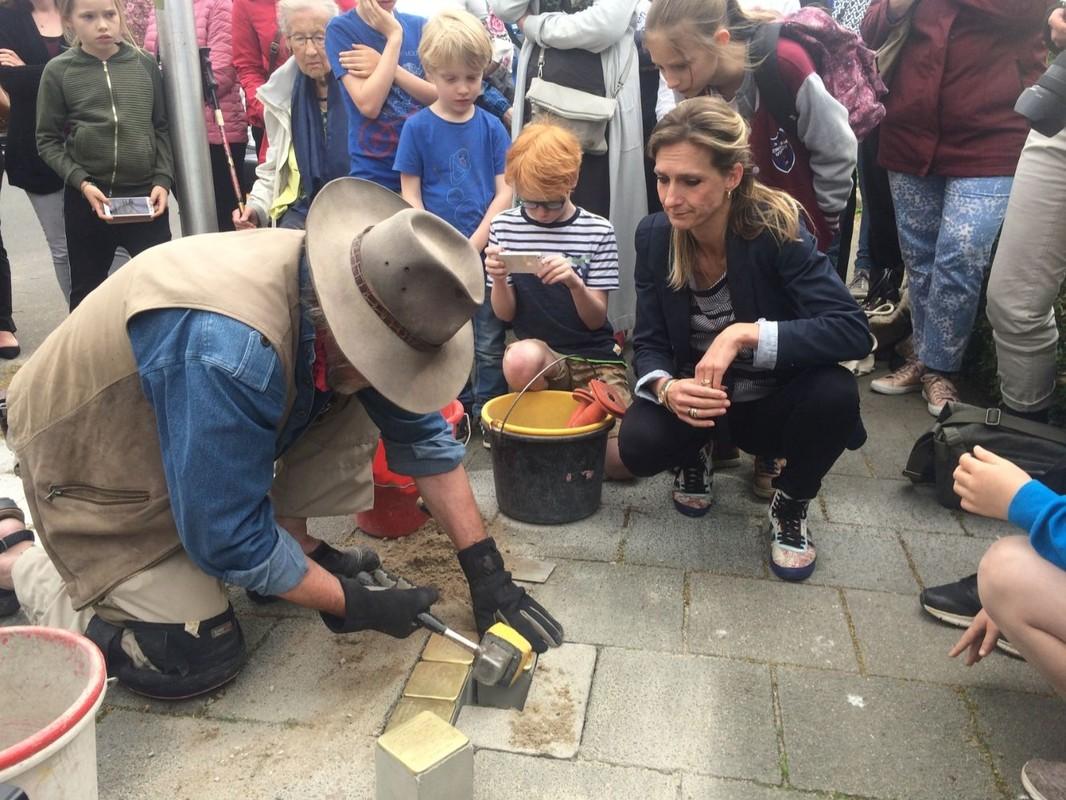 De Duitse kunstenaar Demnig plaatst 5 steentjes op Petrarcalaan 59. Initiatiefneemster Inge Eijsenga kijkt toe. Foto: Jim Terlingen