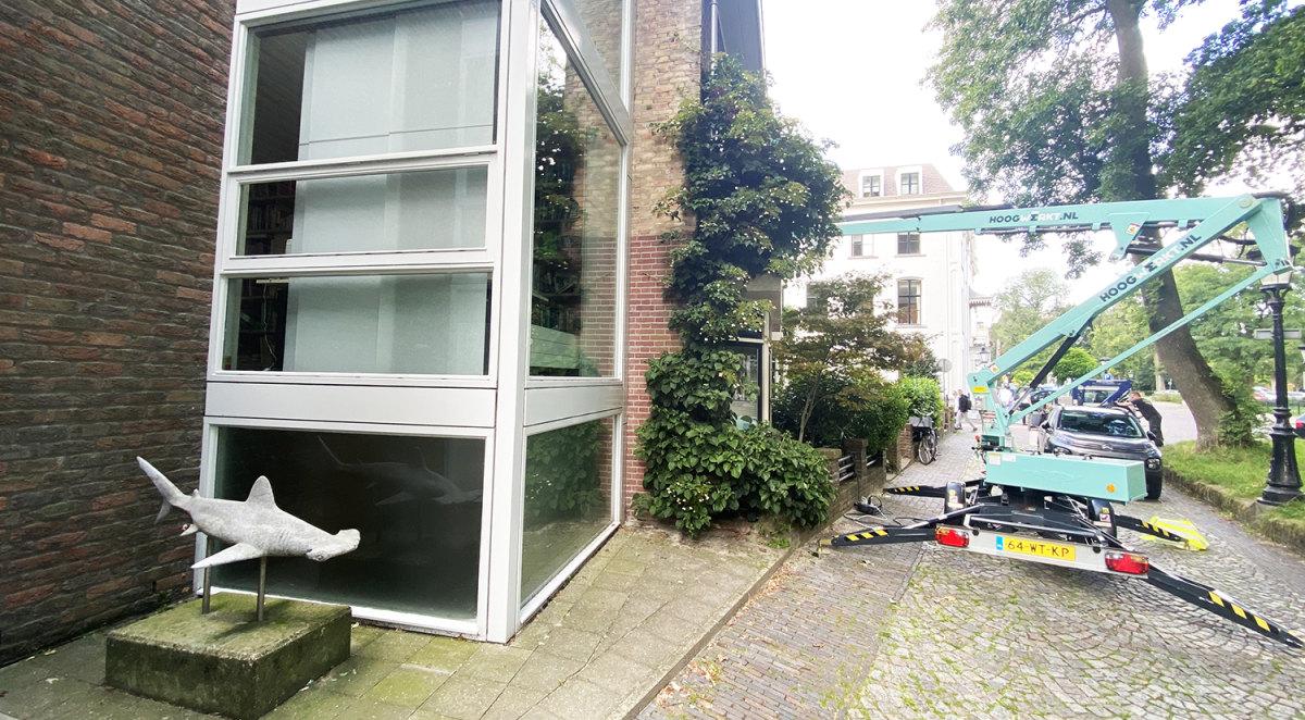 Een bewoner van de Bruntenhof verft zijn huis. Foto: Jim Terlingen