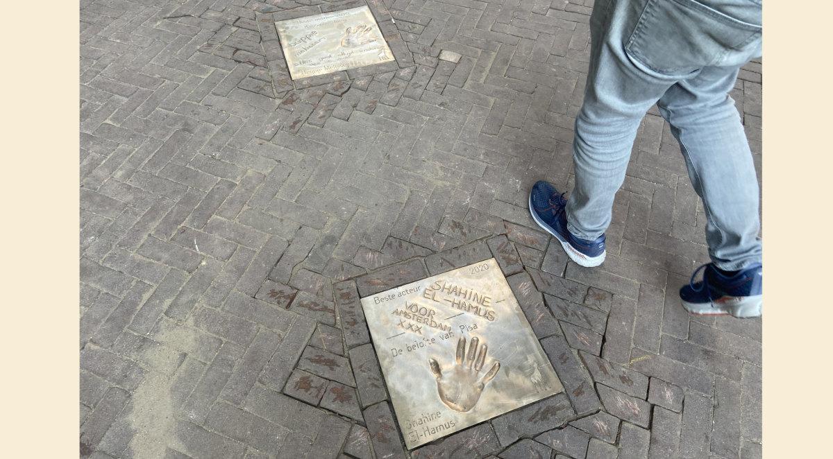 Boven de tegel van Beppie Melissen en onder die van Shahine El-Hamus. Foto: Jim Terlingen