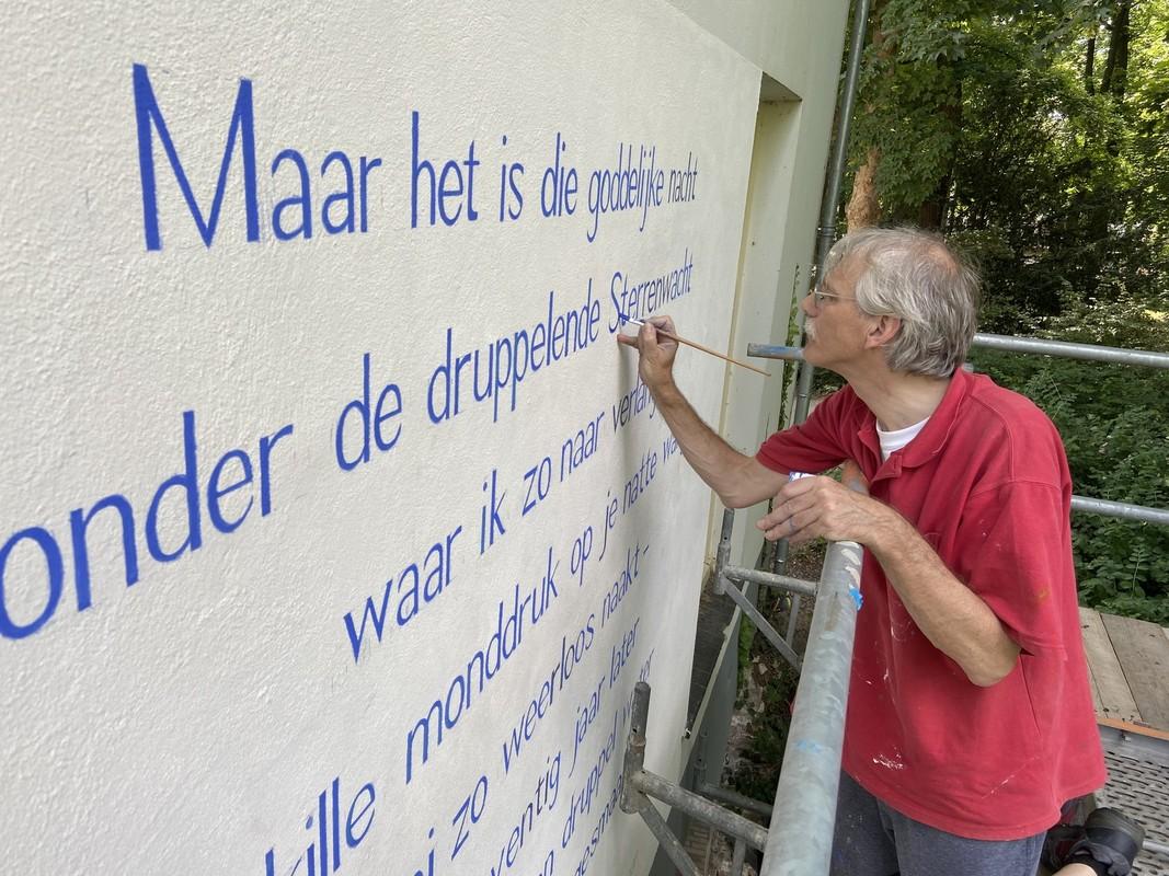 Kunstenaar Jos Peeters bracht Vromans dichtregels aan op de muur. Foto: Jim Terlingen