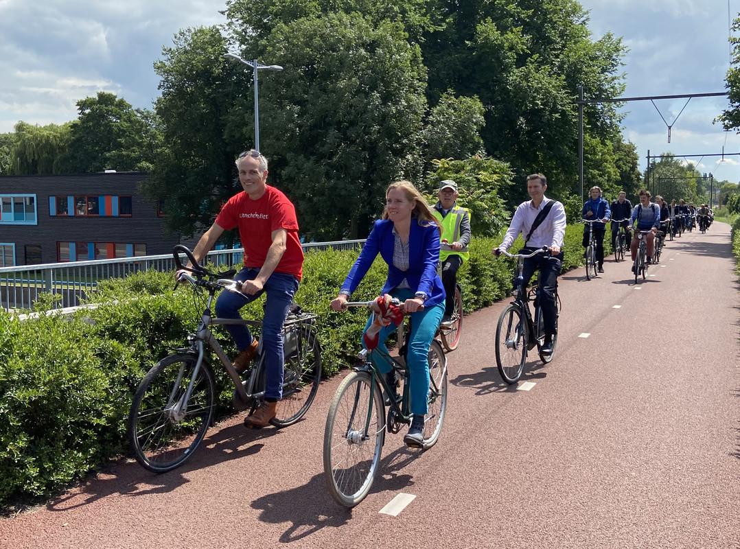 Met voorop wethouder Lot van Hooijdonk en projectleider Roelof Doedens fietste men vanaf de Koningsweg naar het nieuwe deel van de Oosterspoorbaan. Foto: Jim Terlingen