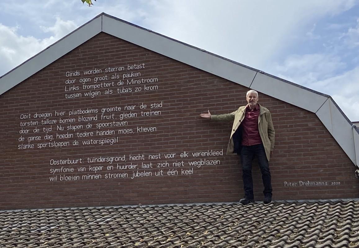 Peter Drehmanns bij zijn gedicht. Foto: Jim Terlingen