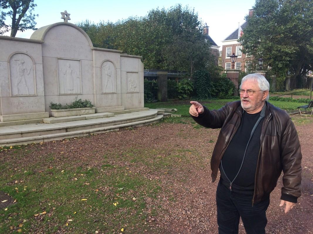 Jacques Grishaver op het Weesperplantsoen in Amsterdam, waar het Holocaust Namenmonument Nederland komt. Het monument links op de foto, gaat daar verdwijnen. Foto: Jim Terlingen