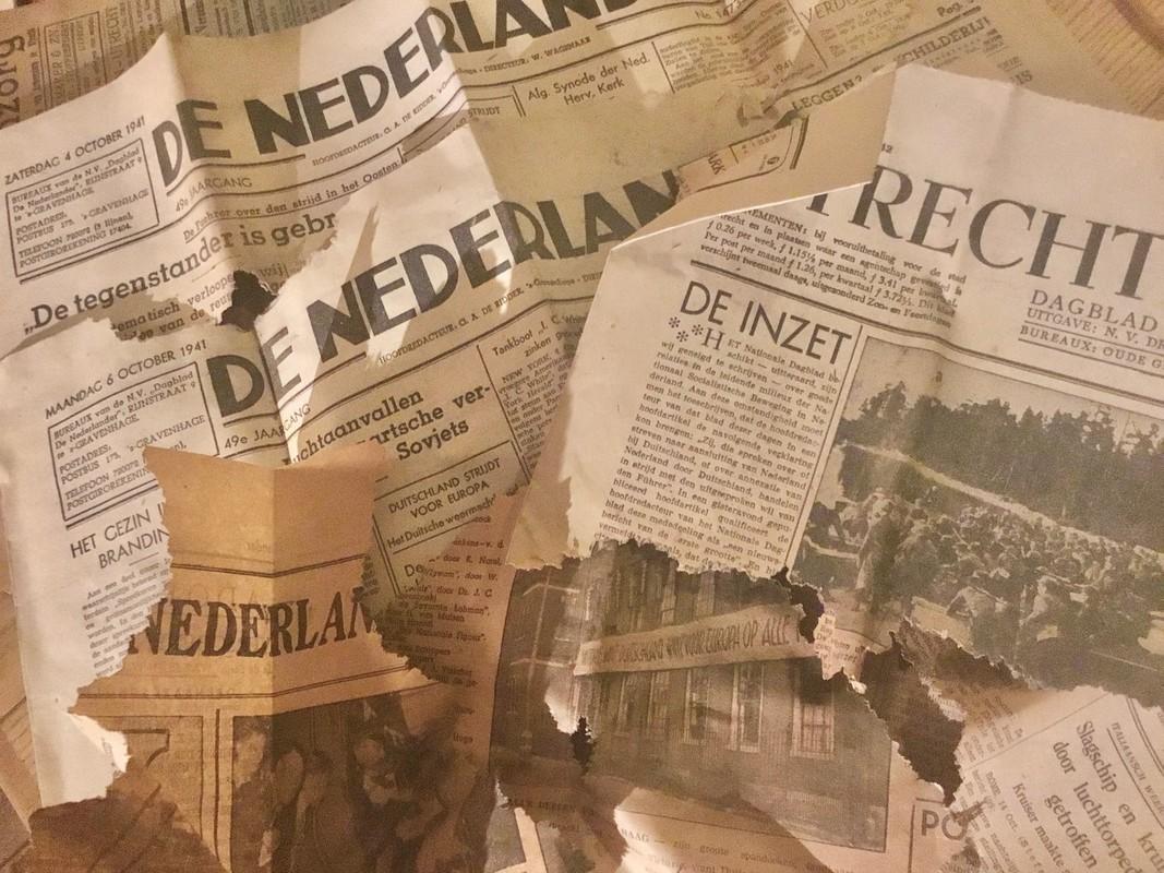 Een deel van de gevonden krantensnippers uit de oorlog (foto: Jim Terlingen)