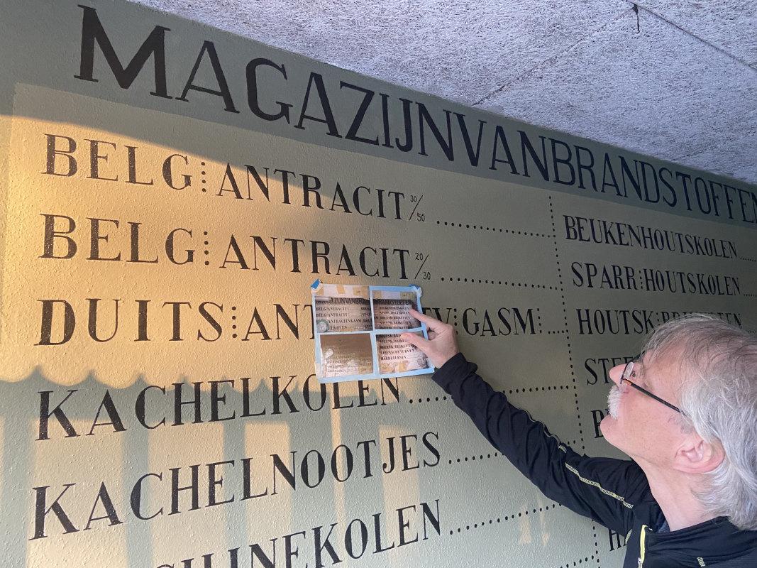 Schilder-restaurateur Jos Peeters heeft de muurreclames aangebracht op basis van oude foto's. Foto: Jim Terlingen