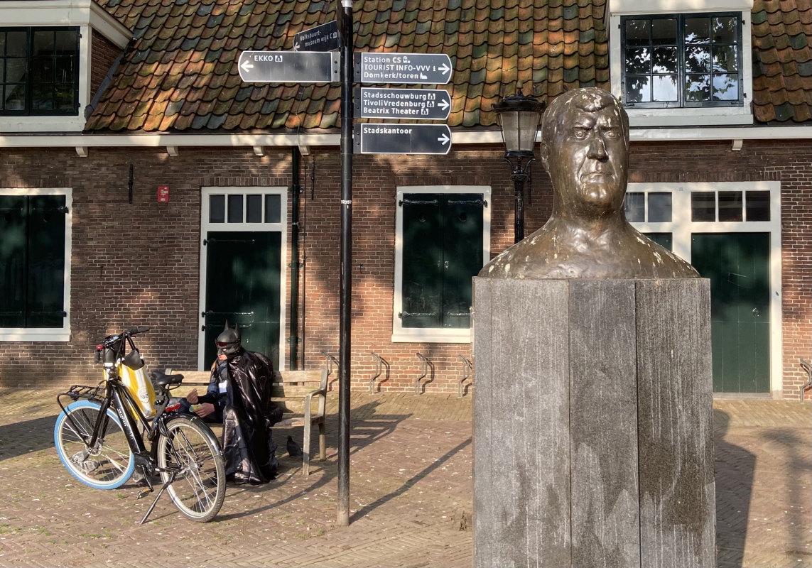 Batman en onze Utrechtse held voor de Jacobikerk. Foto: Jim Terlingen