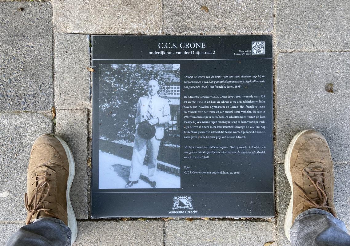 De gisteren onthulde attentiesteen voor schrijver C.C.S. Crone. Foto: Jim Terlingen