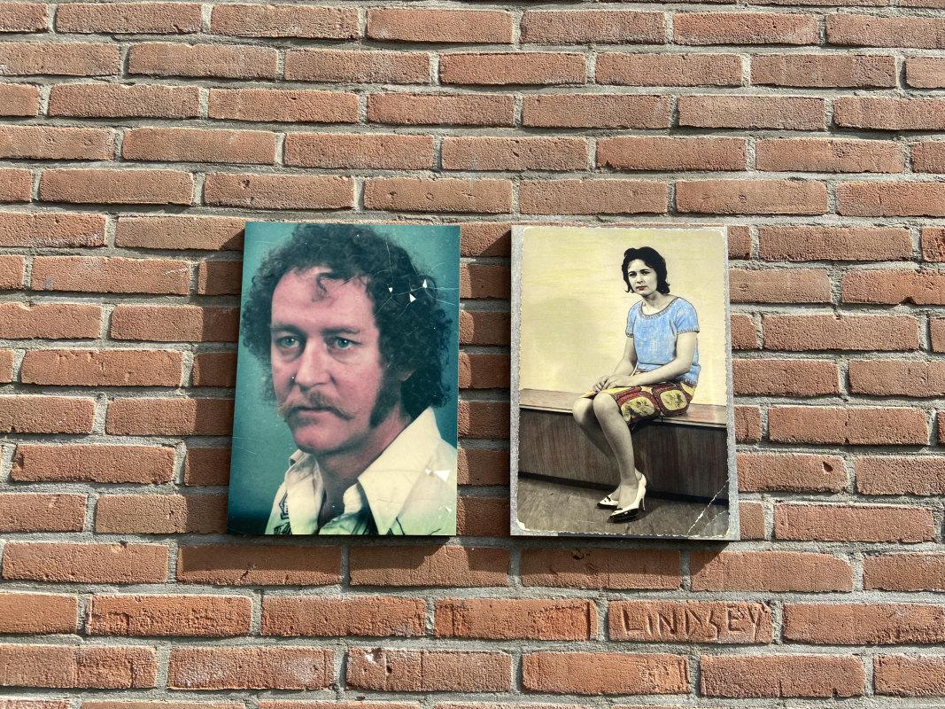 Kleine paneeltjes met foto's zijn aan muren verschenen. Foto: Jim Terlingen