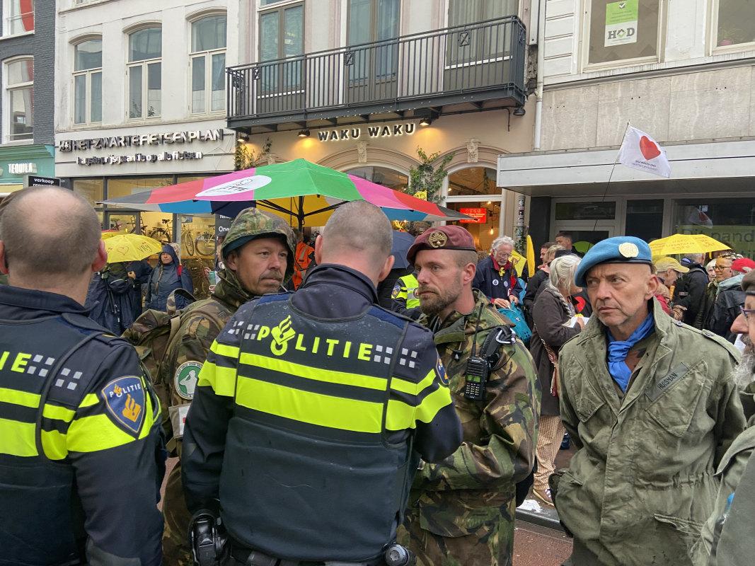 Overleg tussen politie en demonstranten. Foto: Jim Terlingen